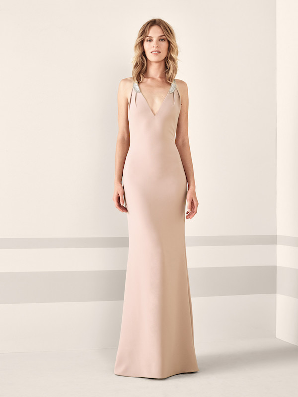 tendencias-de-moda-catalogo-pronovias-2019-largo-escote-en-v-crema